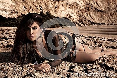 Brunette dans le sable