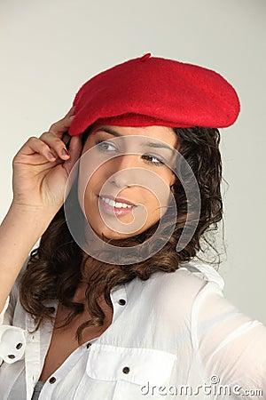 Brunette die rode baret draagt