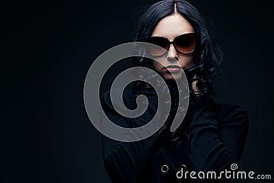 Brunette die zonnebril draagt