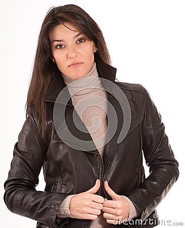 Brunette in einer Lederjacke