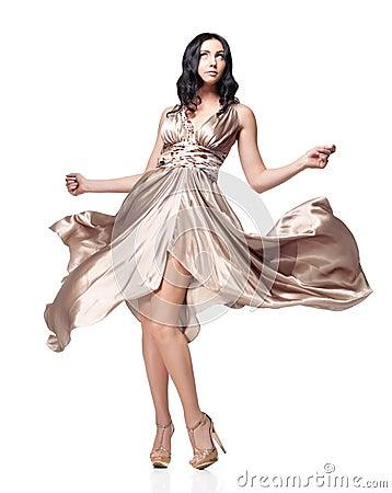 Brunette in golvende kleding