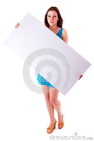 Brunette hermoso que lleva a cabo a la tarjeta blanca vacía
