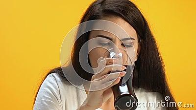 Brunette Mädchenprobierenwürstchen, entsetzt durch das Ekeln des Geschmacks und der schlechten Qualitätsmahlzeit stock footage