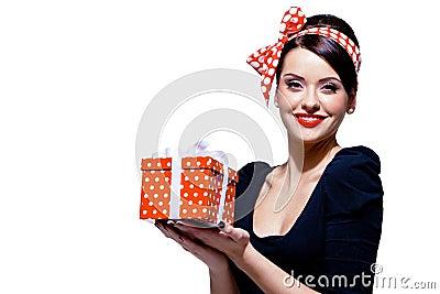 Brunette magnífico con el rectángulo de regalo