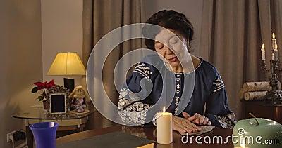 Brunette Mujer caucásica con ojos marrones poniendo cartas en la mesa boca abajo Buen adivino maduro leyendo el futuro almacen de metraje de vídeo