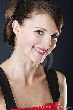 Brunette sonriente dentudo en rojo
