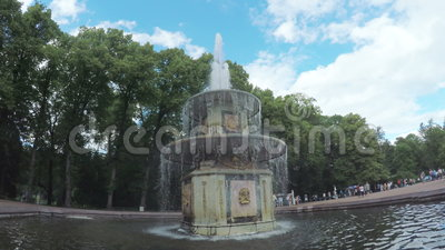 Brunnen im Park Peterhof stock video footage