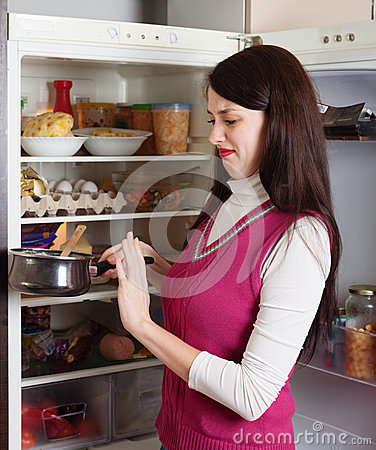 Free Brunnette Woman Holding Foul Food Stock Images - 37263634