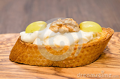 Bruschetta with gorgonzola cheese, walnut and grapes