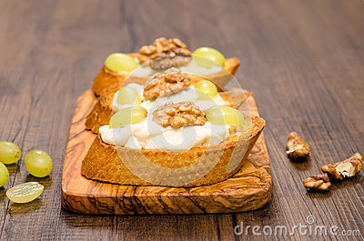 Bruschette with grapes and walnuts