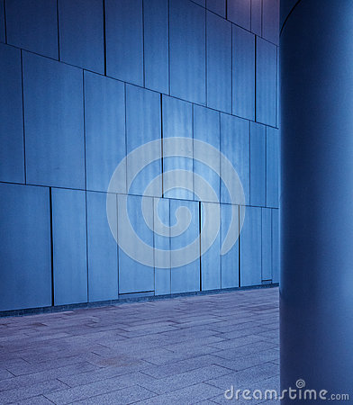 Free Brushed Metal Tiled Panels Wall And Column Background In Modern Futuristic Architecture Stock Photo - 91668140