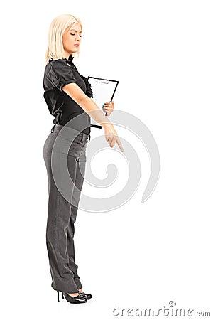 Brutalny kobieta kierownik gestykuluje z jej palcem