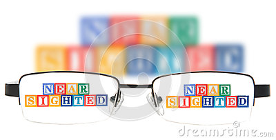 Buchstabe blockiert die Rechtschreibung, die mit einem Paar Gläsern kurzsichtig ist.