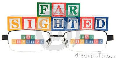 Buchstabe blockiert die Rechtschreibung, die weit mit einem Paar Gläsern anvisiert wird