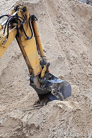 Bucket digger of an earthmover