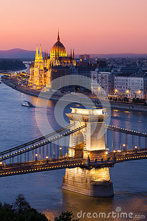Free Budapest Cityscape Sunset With Chain Bridge And Parliament Building Royalty Free Stock Photos - 33024588