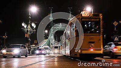 BUDAPEST, WĘGRY - GRUDZIEŃ 2019 R. Tramwaje bożonarodzeniowe na zabytkowym moście wolności zdjęcie wideo