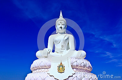 Buddha branco no céu