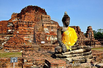 Buddha and Ruins in Wat Phra Mahathat