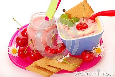 Budino di riso e del yogurt con la ciliegia per il bambino