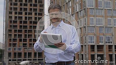 Budowa inżyniera planowanie i kontrolować budynek mieszkania 4K zdjęcie wideo