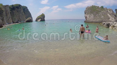 Budva, Черногория - 28-ое июня 2016: Пляж на острове St Nicholas hawaii видеоматериал