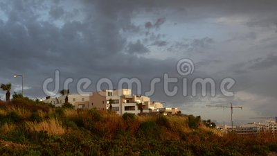 Buggiba, Malta 30 può 2019 - costruzioni di lasso di tempo e gru di costruzione senza workes il giorno tempestoso nuvoloso scuro  stock footage