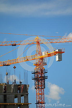 Building with elevating cranes