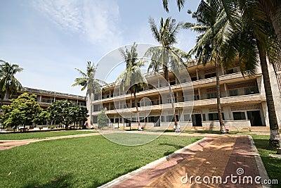 Buiten een vroegere gevangenis in Phnom Penh