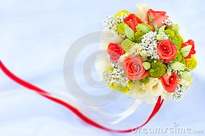 Bukiet rad róże na białej ślubnej sukni