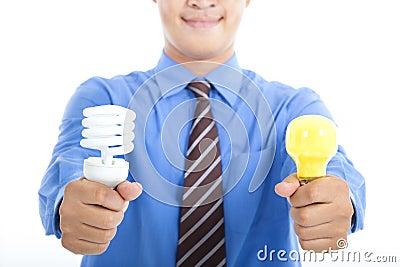 Bulbo ahorro de energía y bulbo de la tradición