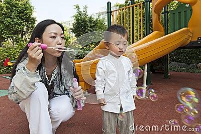 Bulles de soufflement de mère pour le fils