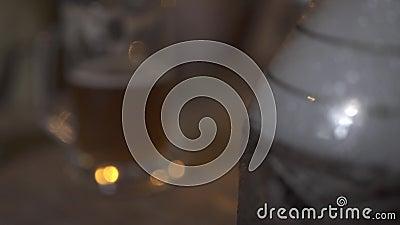 Bulles et fumée d'air dans le ballon en verre d'eau pour la tasse de tabagisme de narguilé et de bière dans le bar de barre Tasse clips vidéos