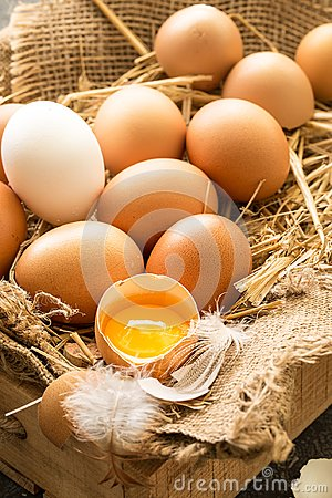 Free Bunch Of Fresh Brown Eggs  In A Wooden Crate. Stock Photos - 112491683