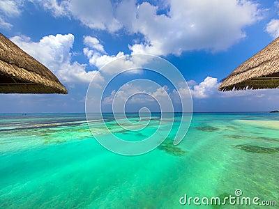 Bungalows da água no paraíso
