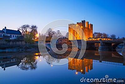 Bunratty城堡在晚上