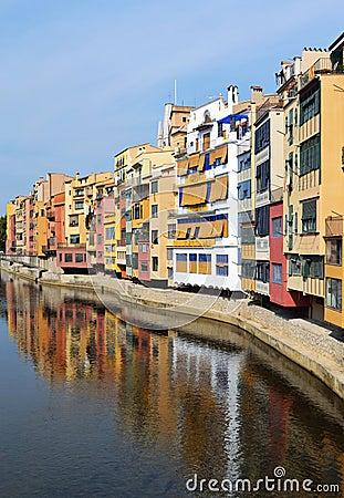 Bunte häuser durch den fluss onyar in girona katalonien spanien