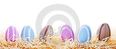 Bunte Ostereier im Nest
