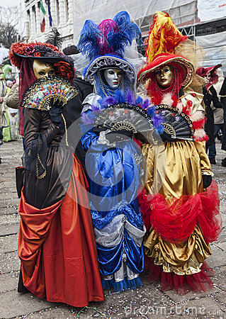 Bunte venetianische Kostüme Redaktionelles Bild