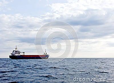 Buque de carga en el océano