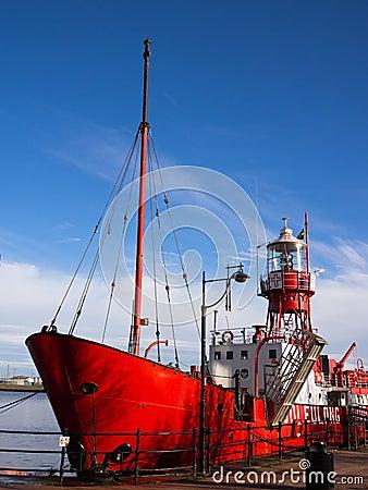 Buque faro 2000 en la bahía de Cardiff, País de Gales Imagen editorial