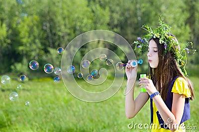 Burbujas del soplo de la muchacha