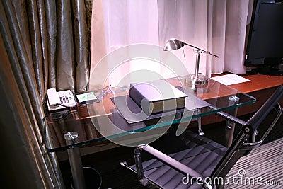 Bureau d hôtel et lampe de relevé