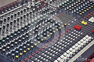 Bureau de mélange pour le dj et l installation de musique