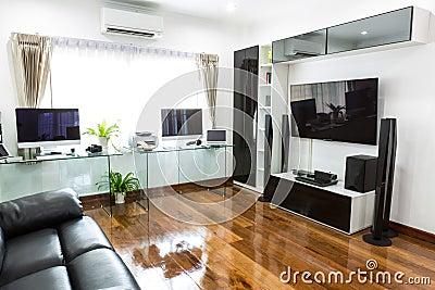 Bureau moderne avec l 39 ordinateur et labtop avec le home cin ma photo stoc - Salon avec home cinema ...