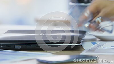 Bureaudame die laptop sluiten en oogglazen nemen weg, het werk aangaande gebeëindigd project stock videobeelden