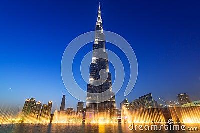 Burj Khalifa en Dubai en la noche, UAE Imagen de archivo editorial