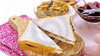 Burro di arachide su pane tostato video d archivio