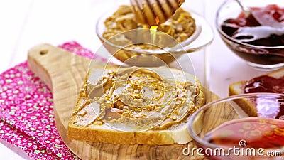 Burro di arachide su pane tostato stock footage