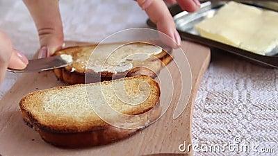 Burro di diffusione sul pane tostato video d archivio